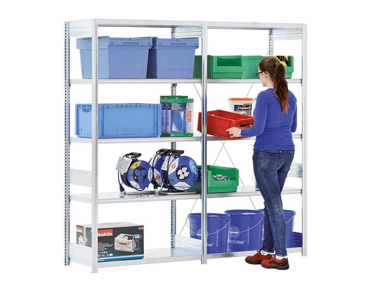 to seksjoner med bito småvarereol, seksjonene har 5 hyller i høyden og rommer plastkasser og diverse utstyr.