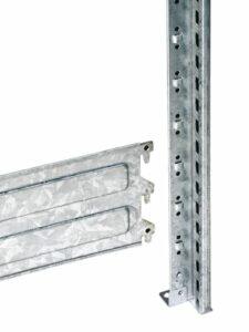 Sv plate eller reolforbinder som holder stolpebene sammen til en reolgavel. Reolgavelen bærer hyllene og danner en reolseksjon.